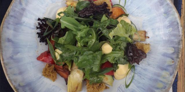 Салат с лисичками и маринованными артишоками.