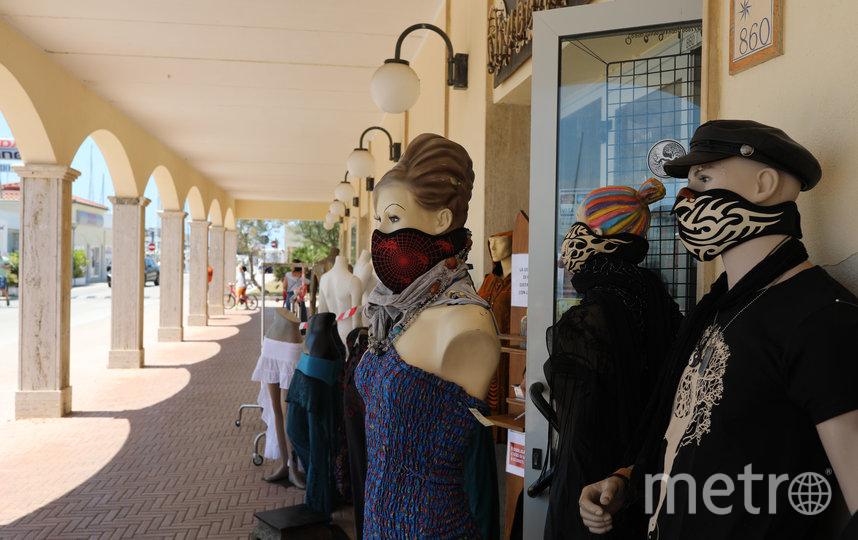 В пляжных магазинах теперь продаются маски. Фото Getty