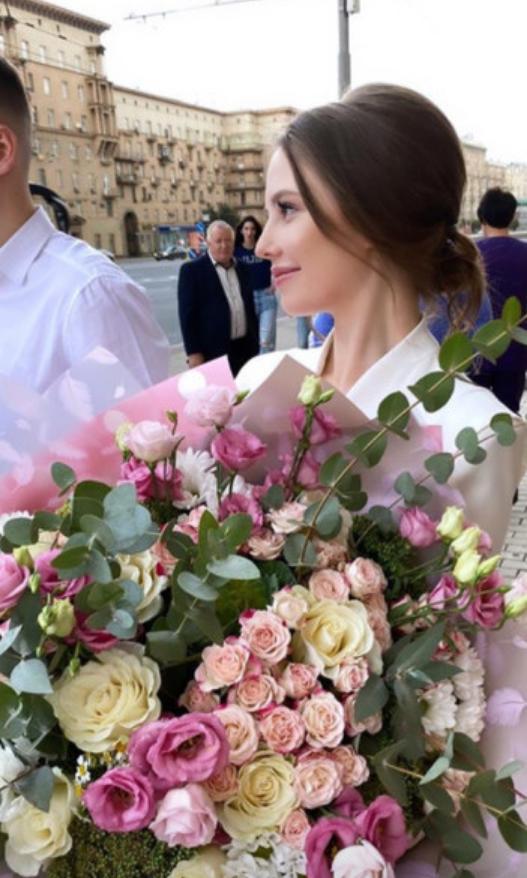 Лиана на пороге Кутузовского ЗАГСа Москвы. 28 августа 2020 год. Фото Instagram