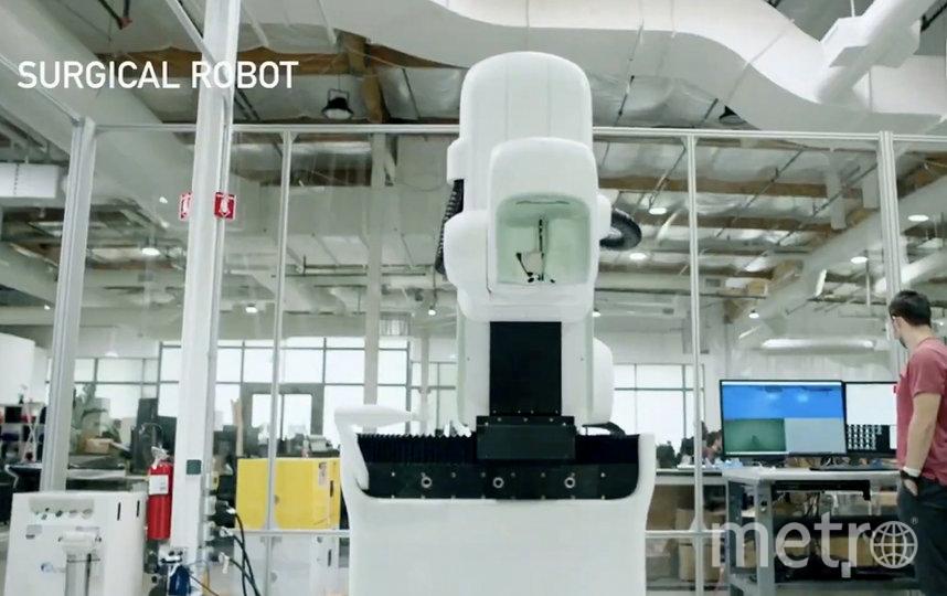 На презентации был представлен робот, разработанный для автоматизированной имплантации. Фото AFP