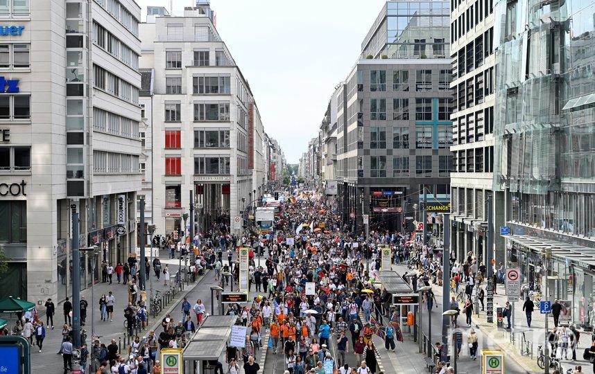 Тысячи людей вышли на улицы Берлина. Фото AFP