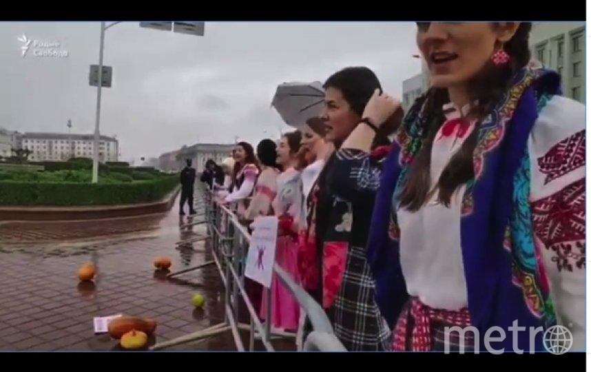 Девушки в национальных костюмах принесли тыквы к площади Независимости в Минске. Фото https://www.instagram.com/p/CEghggGBnLH/