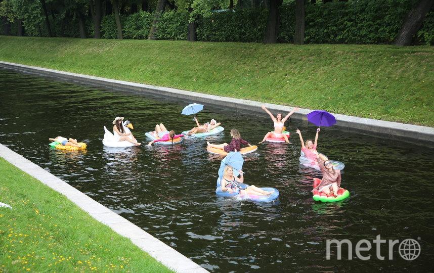 """Петербурженки устроили заплыв на надувных матрасах в центре города. Фото предоставлены пресс-службой телеканала ТНТ, """"Metro"""""""