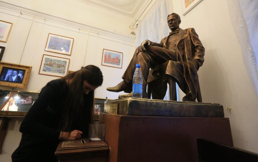 """Ящик, установленный в ногах у гипсового Булгакова, называют «Почта любви», потому что чаще всего  Михаила Афанасьевича просят именно о помощи в делах сердечных. Фото Василий Кузьмичёнок, """"Metro"""""""
