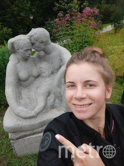 Селфи автора материала Ольги Кабановой на фоне одной из скульптур в Сиреневом саду. Фото Ольга Кабанова