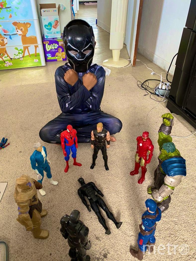 Дети по всему миру сфотографировались с фигурками героев Marvel. Фото TWITTER, @mamaguiao