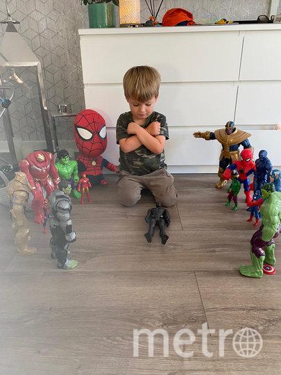 Дети по всему миру сфотографировались с фигурками героев Marvel. Фото TWITTER, @stace_mal
