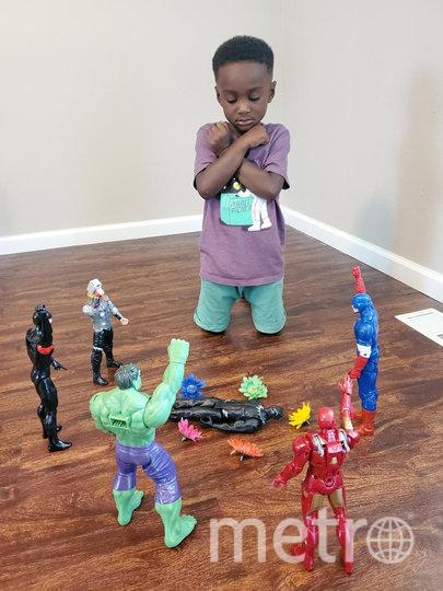 Дети по всему миру сфотографировались с фигурками героев Marvel. Фото TWITTER, @Tray_cobbs