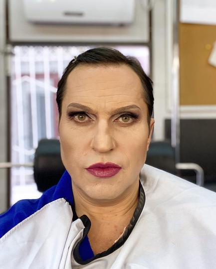 На грим валютной проститутки Луизы Рубенштейн у актёра уходит около полутора часов. Фото instagram @arthurpirozhkov