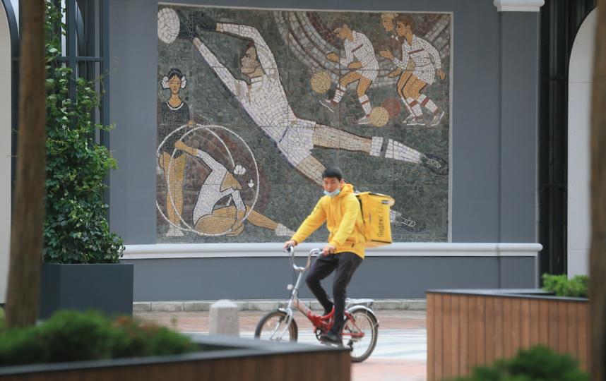 """В центре панно «Спорт и дети» – футбольный вратарь, рядом две девочки с гимнастическими обручами и три мальчика, выполняющие упражнения с мячом. Фото Василий Кузьмичёнок, """"Metro"""""""
