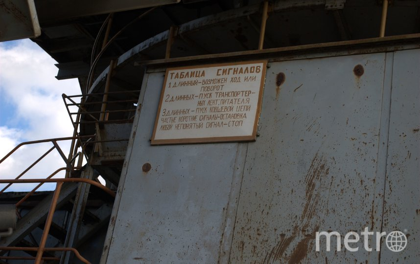 """Внутри экскаватора висят такие таблички с подсказками. Фото Иван Тереховский, """"Metro"""""""