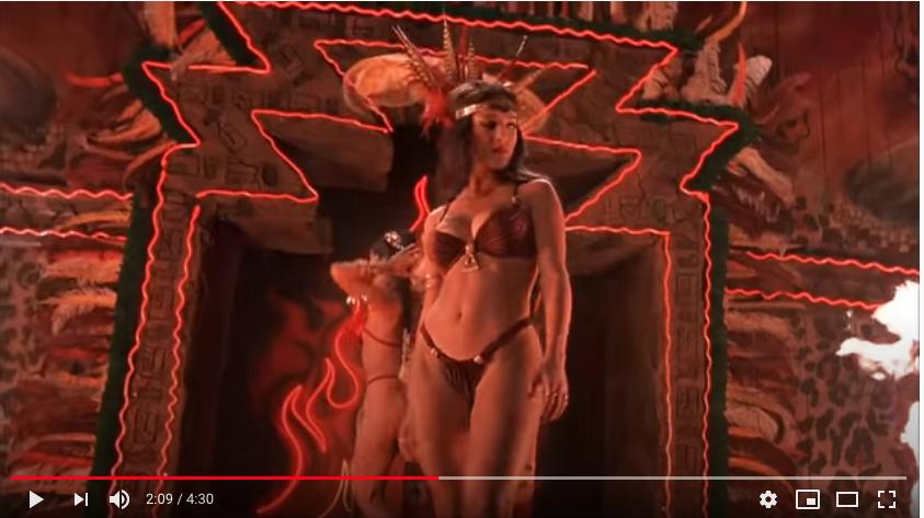 Сальма Хайек в танце со змеей. Фото Скриншот Youtube