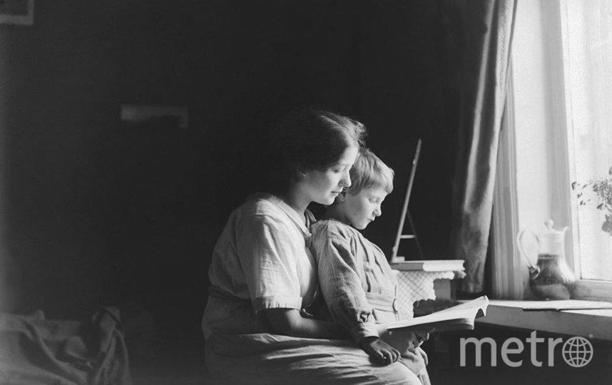 Молодая женщина с мальчиком за чтением книги. Москва. Конец 1920- х – 1930-х гг. Фотограф неизвестен. Фото предоставлено Главархивом Москвы