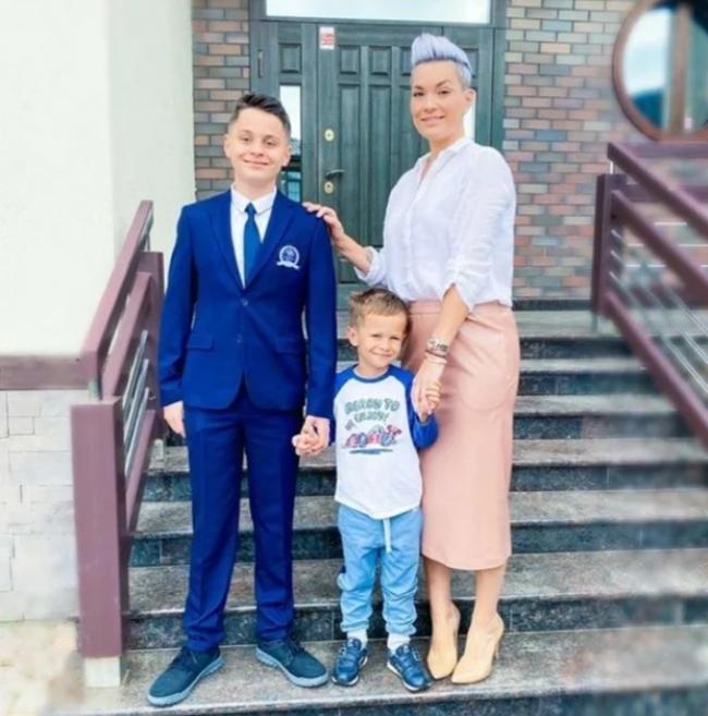 Юлия Костюшкина с детьми и мужем. Фото Instagram @karapylka