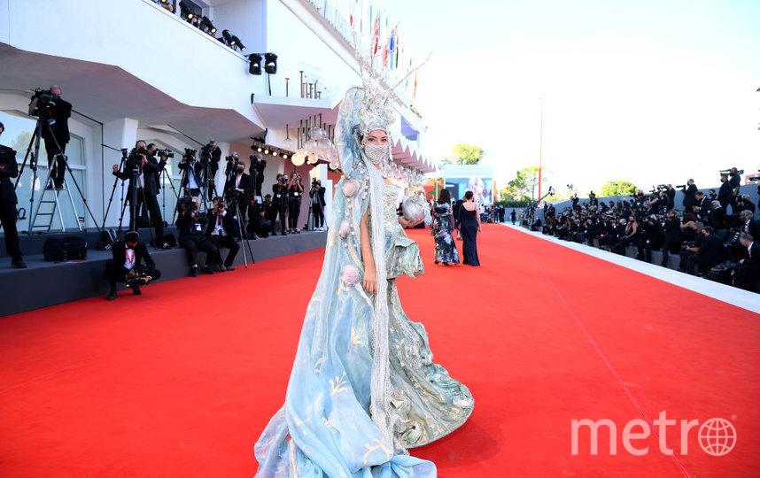Гостья в необычном наряде. Фото Getty