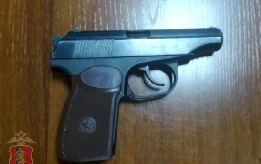 Пистолет, из которого осуществлялась стрельба. Фото Скриншот видео, пресс-служба регионального МВД