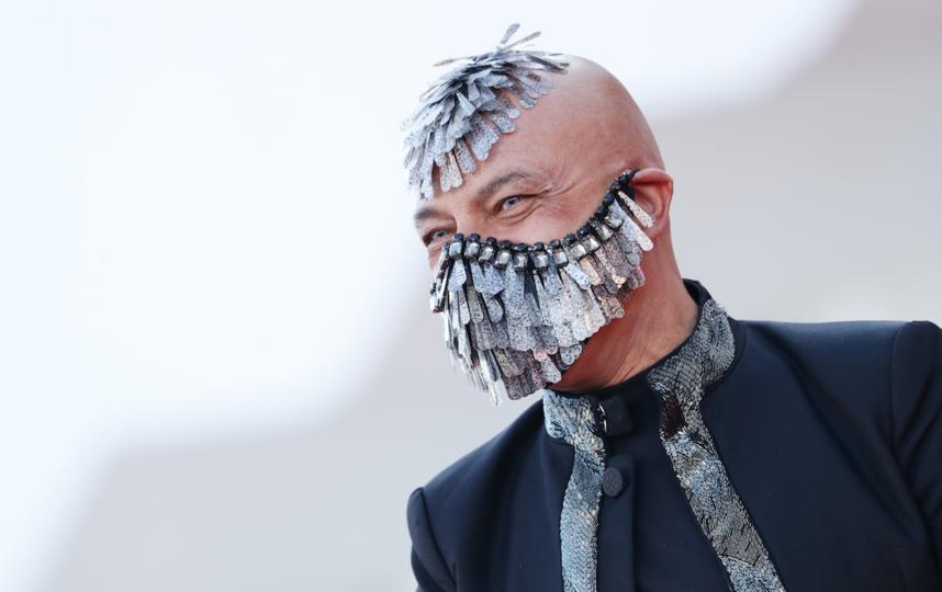 Маурицио Агости придумал безумные перья. Фото Getty