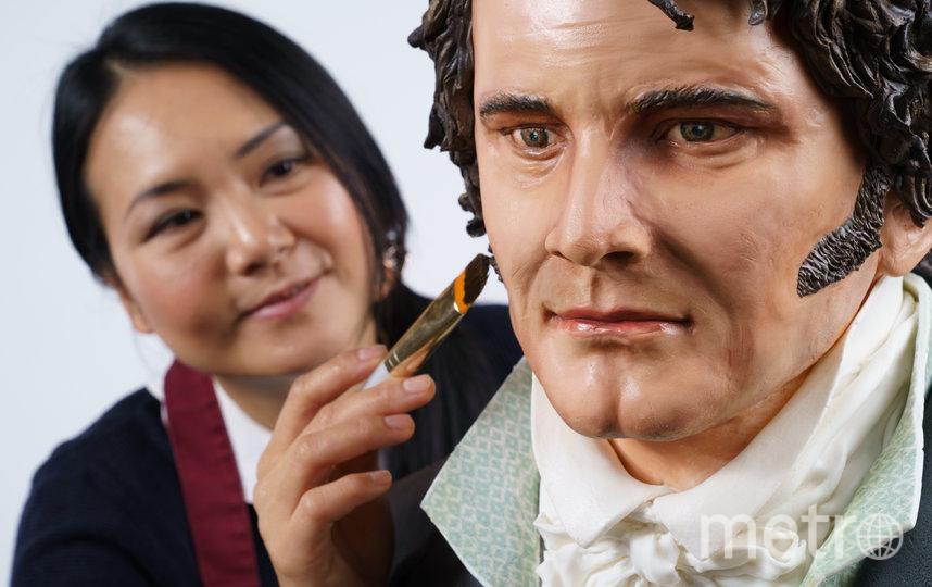 Кондитер Мишель Вибово смастерила фигуру актёра Колина Фёрта высотой около 182 см. Фото скриншот: twitter.com/UKTVPress