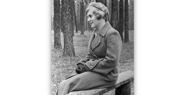 Вера Волошина в парке в 1940 году.