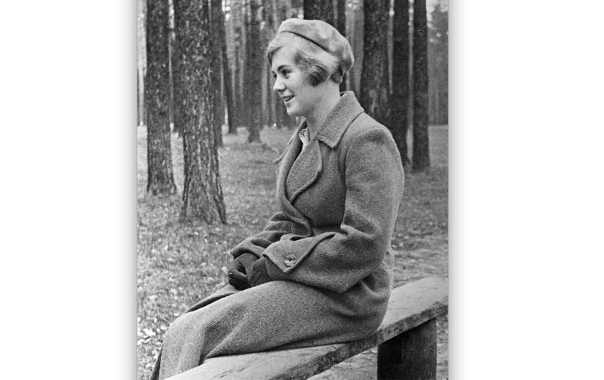 """Вера Волошина в парке в 1940 году. Фото © галерея Люмьер; © РИА """"новости"""""""