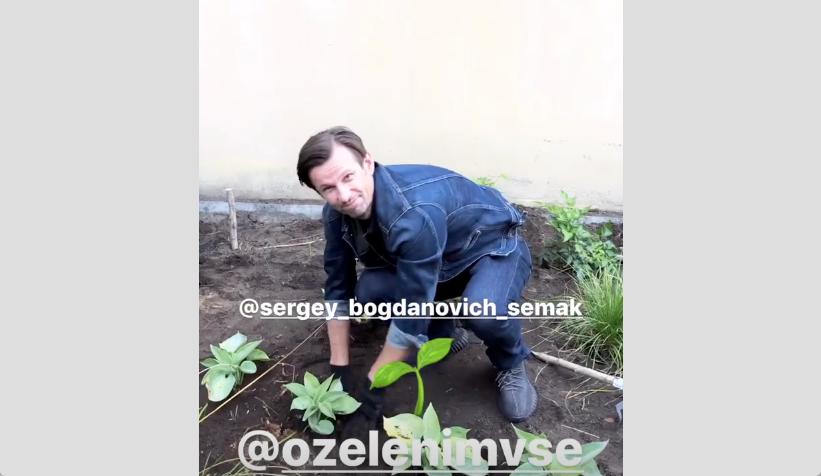 """Сергей Семак посадил дерево на улице Марата. Фото Скриншот Instagram: @zharkaya, """"Metro"""""""