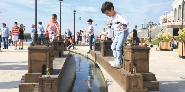 На набережной расположился главный детский аттракцион – 400-метровая уменьшенная копия канала имени Москвы.
