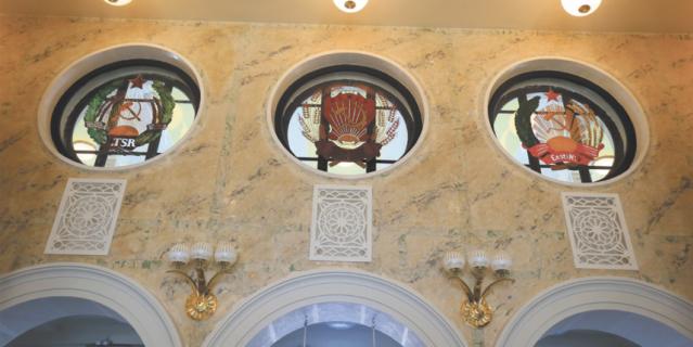 Внутри здание украшают отреставрированные государственные гербы советских республик.