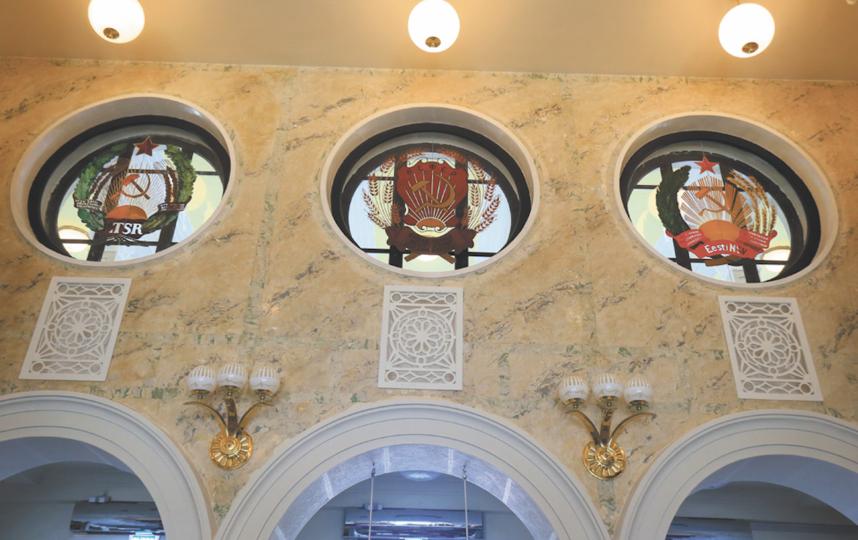 """Внутри здание украшают отреставрированные государственные гербы советских республик. Фото Василий Кузьмичёнок, """"Metro"""""""