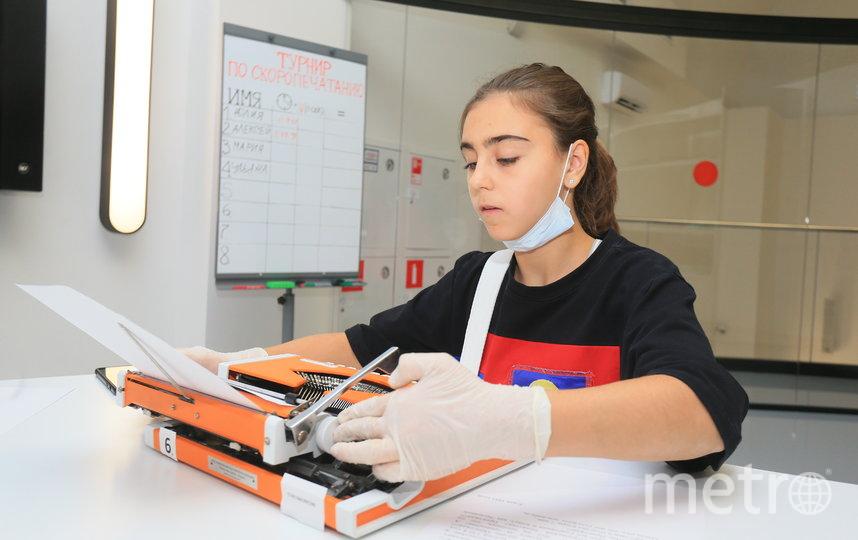 Ожидая своей очереди, шестиклассница Ульяна тренируется, перенося на бумагу поток сознания. Фото Василий Кузьмичёнок