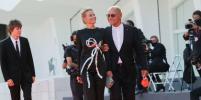 Юлия Высоцкая и Андрей Кончаловский на красной дорожке: элегантная пара восхитила Венецию
