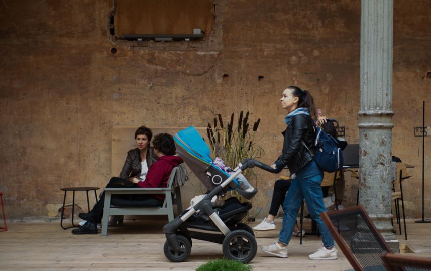 """Здесь собираются молодые петербуржцы, многие приходят с детьми. Кстати, столики забронировать нельзя. Фото Святослав Акимов, """"Metro"""""""