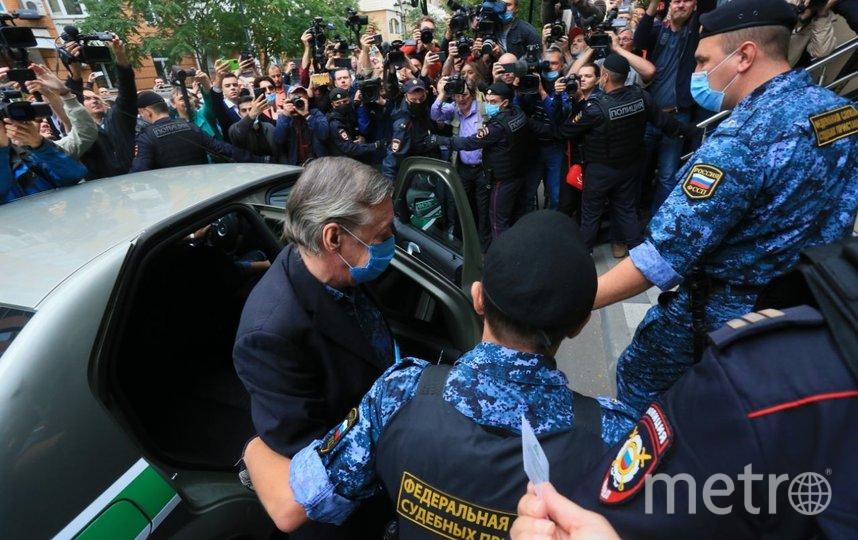 События возле здания суда. Михаил Ефремов лично приехал на оглашение приговора. Фото Василий Кузьмичёнок