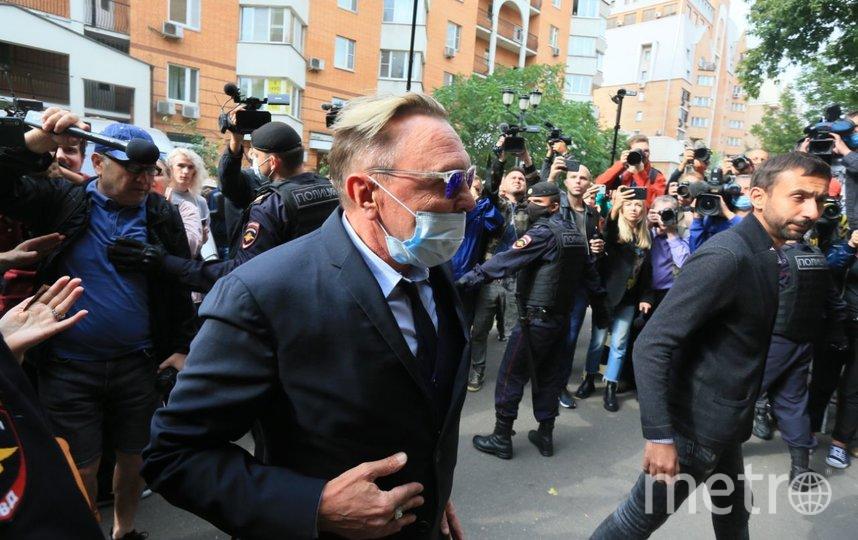 События возле здания суда. Гарик Сукачёв. Фото Василий Кузьмичёнок