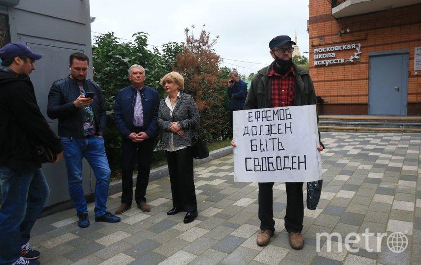 События возле здания суда. Люди пришли с плакатами. Фото Василий Кузьмичёнок