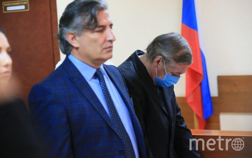 В здании суда, Михаил Ефремов (справа). Фото Василий Кузьмичёнок