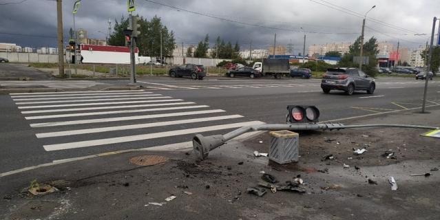Погода в Петербурге не радует жителей города.