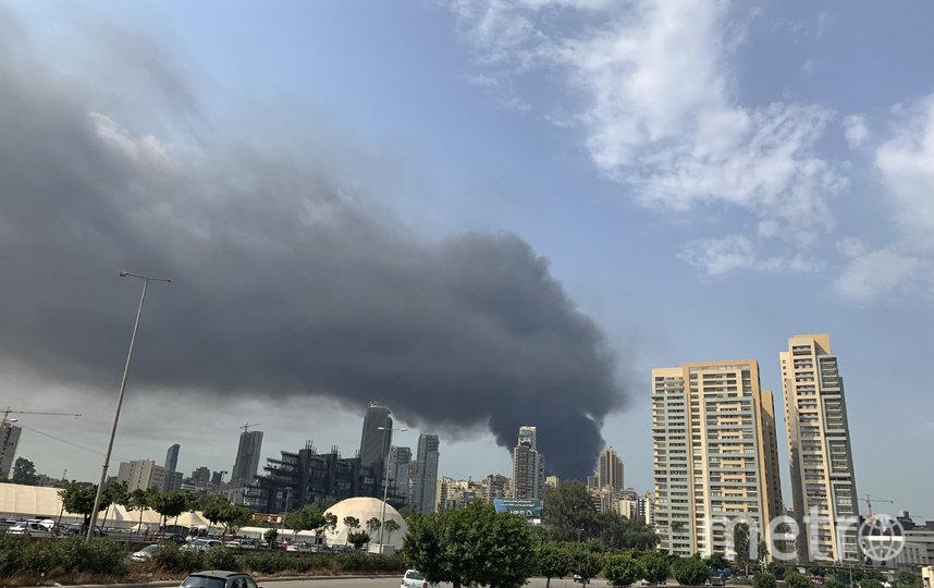 На опубликованных в Сети фото и видео виден столб густого черного дыма, высоко поднимающийся в небо. Фото AFP