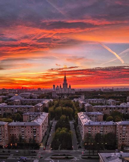 Высотка МГУ с секретной крыши. Фото  instagram @ toporkova.pro