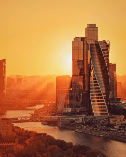 Лучи из-за Москвы-Сити. Фото  instagram @ toporkova.pro