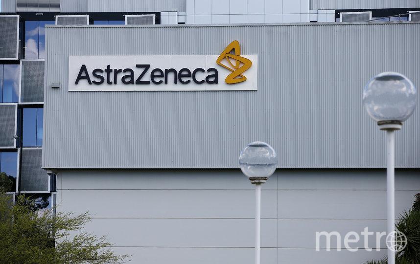 Ранее в компании AstraZeneca сообщили, что взяли паузу, чтобы изучить историю болезни испытуемого и выявить связь с прививкой. Фото Getty