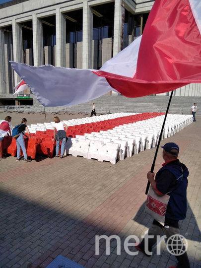 Граждане собирают пластиковые ограждения, формируя исторический флаг страны. Фото скриншот @franakviacorka