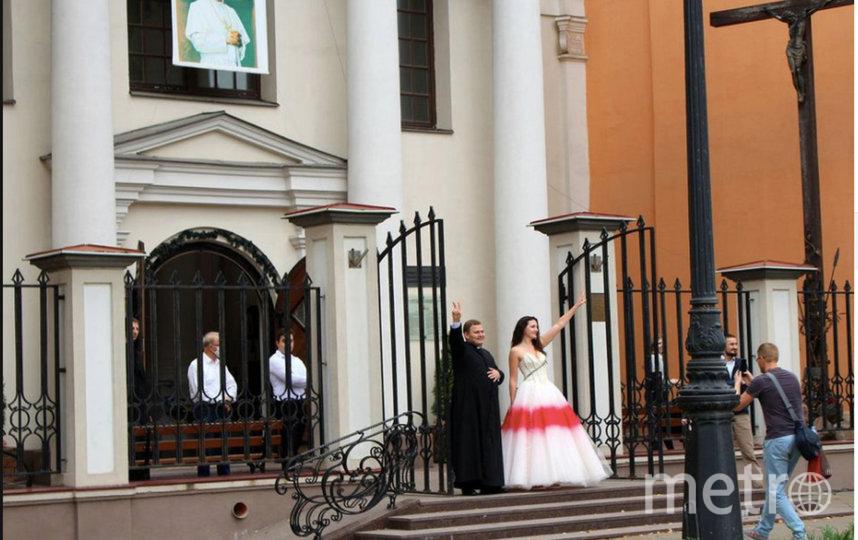 Невеста в свадебном платье в цветах, ставших символами белорусской оппозиции. Фото скриншот @OlgaDryndova