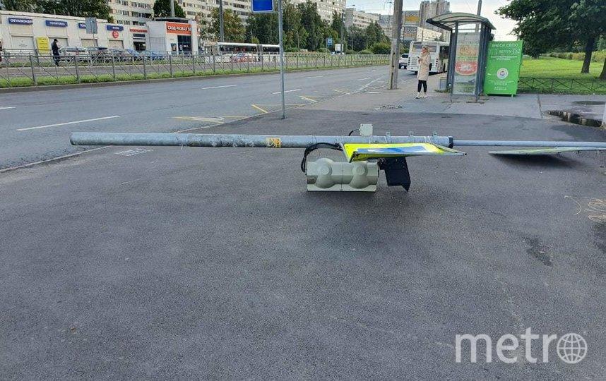 "Светофор упал на остановке Серебристый бульвар. Фото https://vk.com/spb_today, ""Metro"""
