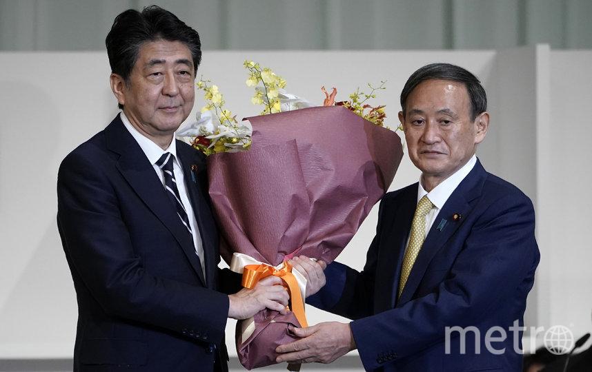 Синдзо Абэ (слева) и Ёсихидэ Суга (справа). Фото AFP