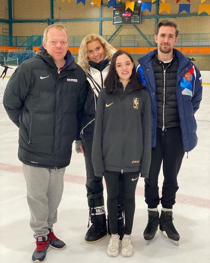 Евгения Медведева и её тренеры выглядели довольными на первом совместном снимке после воссоединения. Фото Instagram @tutberidze.eteri