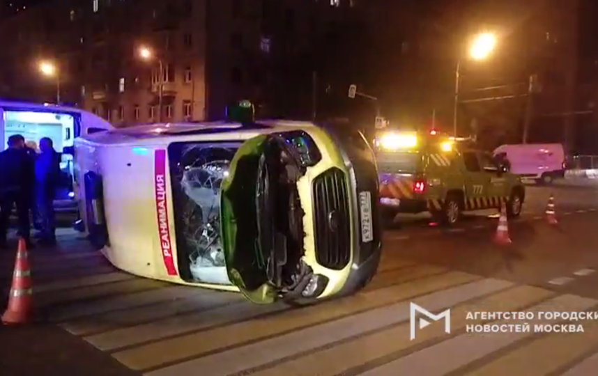 """В результате столкновения машина скорой помощи опрокинулась. Фото Скриншот видео АГН """"Москва"""""""