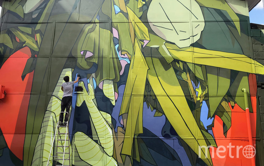 Сейчас эта работа «Без названия» (2019) украшает один из фасадов 1-го МПЗ имени Казакова в Москве. Фото Анатолий Аkue; instagram @akue1
