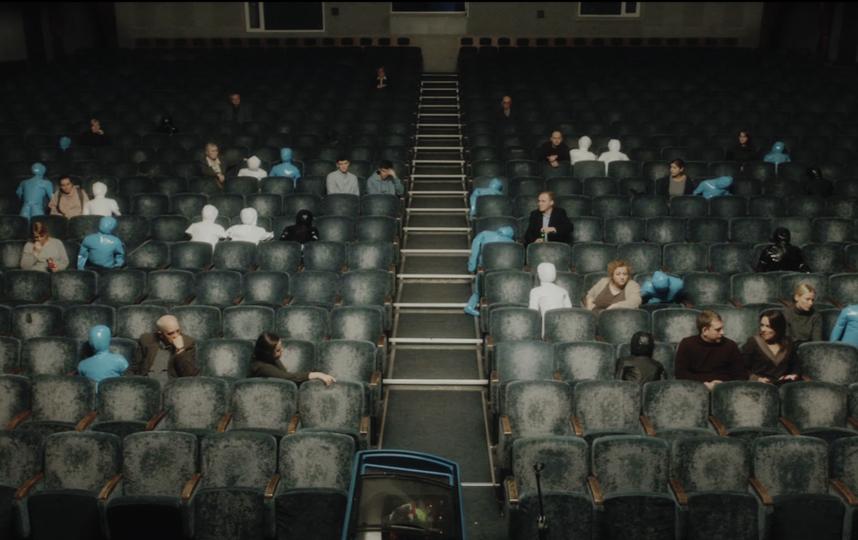 """Местом вечера памяти в картине стал зрительный зал Театрального центра на Дубровке. Фото кадр из фильма """"Конференция"""""""