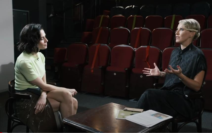 """Знаменитости дают интервью Собчак, которая не боится задавать любые вопросы. Фото кадр из шоу """"Осторожно, Собчак"""", Скриншот Youtube"""