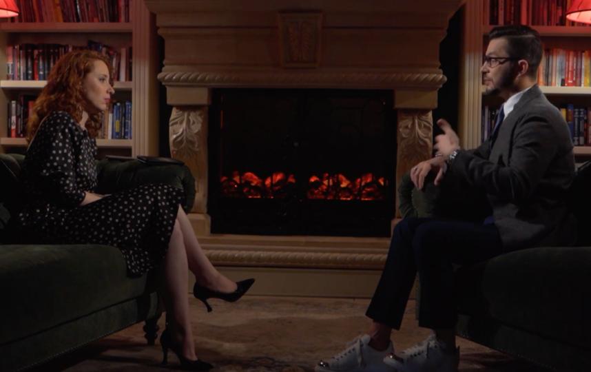 """Ирина Шихман берёт интервью у людей, вызывающих общественный интерес. Фото кадр из шоу """"А поговорить?"""", Скриншот Youtube"""